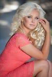 Piękna kobieta outdoors, dziewczyna w parku, wakacje. Ładni blondyny na naturze. szczęśliwa uśmiechnięta kobieta Zdjęcia Royalty Free
