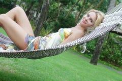 Piękna kobieta relaksuje na naturalnym tle Zdjęcia Royalty Free