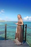 Piękna kobieta sugeruje pływać w morzu. Piękna kobieta sugeruje pływać w sea.portrait przeciw tropikalnemu morzu Obrazy Royalty Free