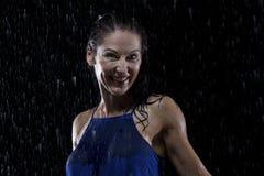 Piękna kobieta w błękit sukni stojakach w deszczu przy nocą Obraz Stock