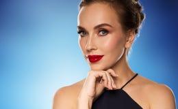 Piękna kobieta w czerni nad błękitnym tłem Fotografia Stock