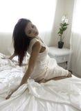 Piękna kobieta w jej sypialni Zdjęcia Royalty Free