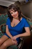 Piękna kobieta w luksusowym mieszkaniu Zdjęcia Royalty Free