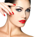 Piękna kobieta z czerwonymi gwoździami i mody makeup Fotografia Royalty Free