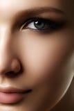 Piękna kobieta z jaskrawym uzupełniał oko z seksownym liniowa makeup Zdjęcia Royalty Free