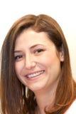 Piękna kobieta z opromienionym uśmiechem Zdjęcie Royalty Free