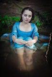 Piękna kobieta z średniowiecznym smokingowym obsiadaniem w wodzie plenerowej Fotografia Royalty Free
