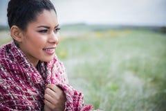Piękna kobieta zawijająca up w ciepłej odzieży Obraz Royalty Free