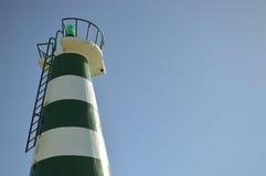 Piękna latarnia morska z jaskrawym słońcem na wierzchołku na niebie Obrazy Royalty Free