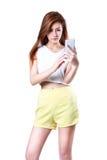 Piękna młoda azjatykcia kobieta używa mądrze telefon Zdjęcia Royalty Free