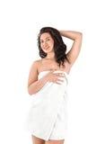 Piękna młoda azjatykcia kobieta w białym ręczniku Zdjęcia Royalty Free