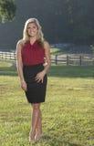 Piękna młoda biznesowa kobieta na gospodarstwie rolnym Obraz Stock