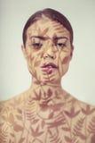 Piękna dama z kwiecistym wzorem na twarzy Obrazy Stock