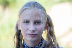 Piękna młoda dziewczyna outdoors, portretów dzieci zamyka up Fotografia Stock