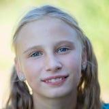 Piękna młoda dziewczyna outdoors, portretów dzieci zamyka up Zdjęcie Stock