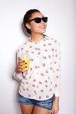 Piękna młoda dziewczyna pozuje w studiu na białym tle pić sok pomarańczowy Obraz Royalty Free