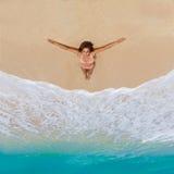 Piękna młoda dziewczyna w bikini na tropikalnej plaży Błękitny morze wewnątrz Obraz Stock
