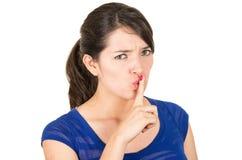 Piękna młoda kobieta gestykuluje ciszę z shhh Zdjęcia Stock