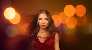 Piękna młoda kobieta nad nocy miasta światłami Zdjęcie Royalty Free