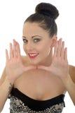 Piękna młoda kobieta Obramia Jej twarz Z Ona ręki Patrzeje brzęczenia Fotografia Royalty Free