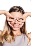 Piękna młoda kobieta pokazuje lotników szkła Obrazy Royalty Free