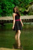 Piękna młoda kobieta relaksuje w jeziornym lesie Zdjęcia Royalty Free