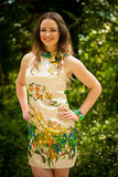 Piękna młoda kobieta w zielonym lesie Zdjęcia Stock