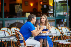 Piękna młoda para turyści w Paryjskiej ulicznej kawiarni Obrazy Stock