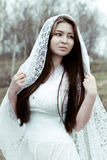 Piękna niewinnie kobieta w biel sukni Obrazy Royalty Free