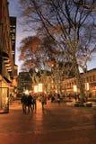 Piękna noc z ludźmi wędruje przez Faneuil Hall, Boston, msza, 2014 Zdjęcie Stock