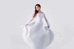 Piękna panna młoda w ślubnej sukni, biały tło Obrazy Stock