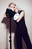 Piękna seksowna blondynki dziewczyna z zmysłowymi wargami, moda włosy, czerni akcesoriami, smokingowymi i złocistymi Piękno Twarz Obrazy Royalty Free