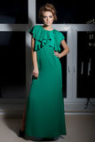 Piękna seksowna elegancka długonoga dziewczyna w długiej zieleni wieczór sukni z wieczór fryzurą i jaskrawym makijażem, nowego ro Zdjęcie Stock
