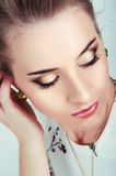 Piękna seksowna kobieta jest ubranym zielonego earri z naturalnego dnia makeup Obraz Royalty Free