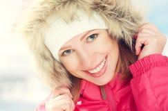 Piękna szczęśliwa dziewczyna w kapiszon zimie outdoors Zdjęcia Royalty Free