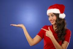 Piękna uśmiechnięta bożego narodzenia Santa kobieta wskazuje w górę pokazywać kopię Zdjęcia Royalty Free