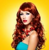 Piękna zmysłowa kobieta z długimi czerwonymi hairs Fotografia Royalty Free