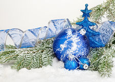 Piękne błękitne Bożenarodzeniowe piłki na mroźnym jedlinowym drzewie błękitny kwiatek święta ornamentu cień ilustracyjny Zdjęcie Royalty Free