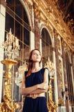 Piękne kobiety w lustro sala Zdjęcie Stock
