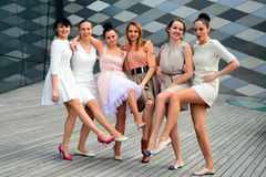 Piękne urocze dziewczyny tanczy w Vilnius mieście Obrazy Royalty Free