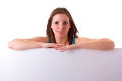 Pięknego brunetki mienia pusta biała deska Zdjęcia Royalty Free