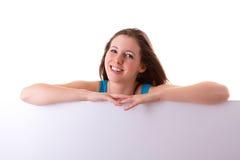 Pięknego brunetki mienia pusta biała deska Fotografia Stock