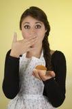 Pięknego młoda kobieta szefa kuchni kucharza piekarniany być ubranym Obraz Royalty Free