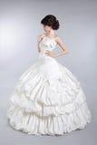 Pięknej atrakcyjnej panny młodej wzorcowy być ubranym w ślubnej sukni z v Obrazy Royalty Free