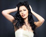 Pięknej mody seksowna kobieta z kędzierzawą fryzurą Zdjęcia Stock