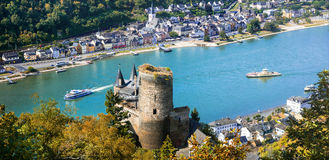 Piękni romantyczni kasztele Rhein rzeka widok Katz kasztel a Obraz Stock