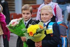 Piękni, ubierający dzieci z kwiatami przy szkolnym festiwalem wiedza, bogato i solemnly Zdjęcia Royalty Free