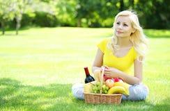 piknik Blondynki młoda kobieta z koszem Zdjęcia Stock