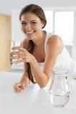 Piękno, diety pojęcie Szczęśliwa Uśmiechnięta kobiety woda pitna zdrowy Zdjęcie Royalty Free