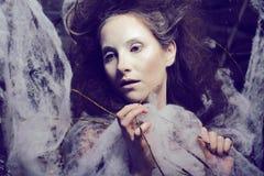Piękno kobieta z kreatywnie uzupełniał jak kokon Fotografia Royalty Free